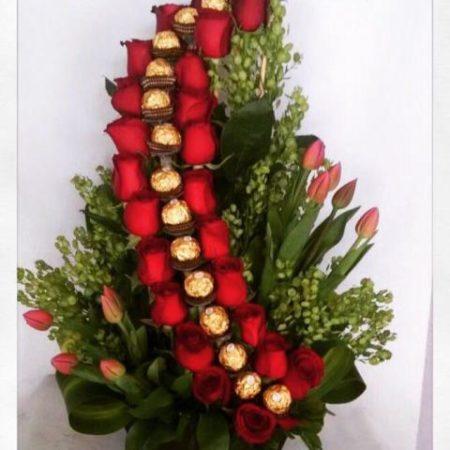 Arreglo Floral con Rosas, Tulipanes y Chocolates