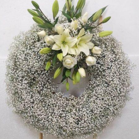 Corona con Gypso y Arreglo Floral